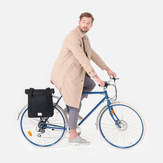 weathergoods-bicycle-bags-city-bike-tote-black-man-cycling